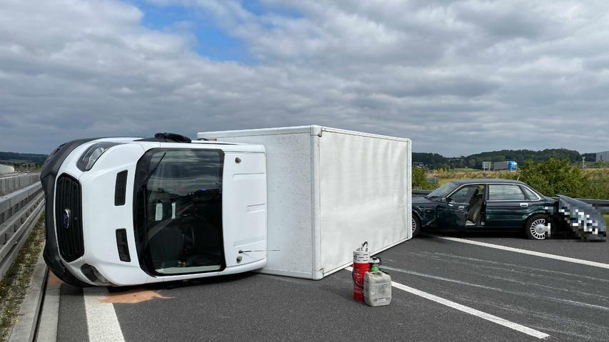 Der unbekannte Fahrer des weißen BMW beging Unfallflucht und hielt nicht an.Zeugen, welche Hinweise zu demweißen BMW machen können, werden gebeten sich bei der Verkehrspolizeiinspektion Coburg unter der Telefonnummer 09561/645-0 zu melden.