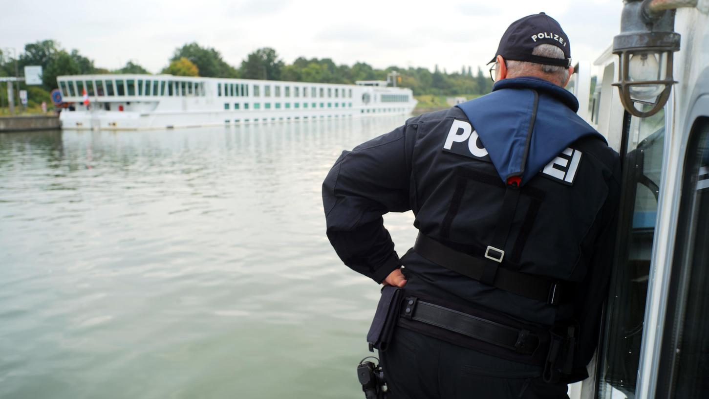 Auf Schleichfahrt: Die Wasserschutzpolizei Nürnberg nähert sich auf dem Main-Donau-Kanaleinem Flusskreuzfahrtschiff, das im Nürnberger Hafen angelegt hat. Die Beamten wollen das Schiff unangemeldet kontrollieren.