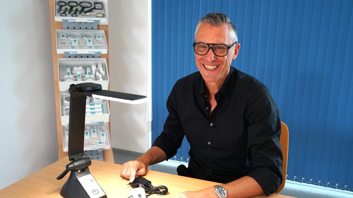 Marketingleiter Holger Rießvor einer hochspezialisierten Lupe aus dem eigenen Hause.