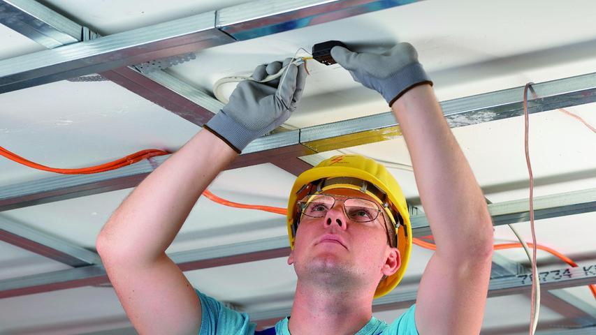 DieSpezialbrillemit eingearbeitetem Kantenfilter ist für Überkopf- Arbeiten geeignet.