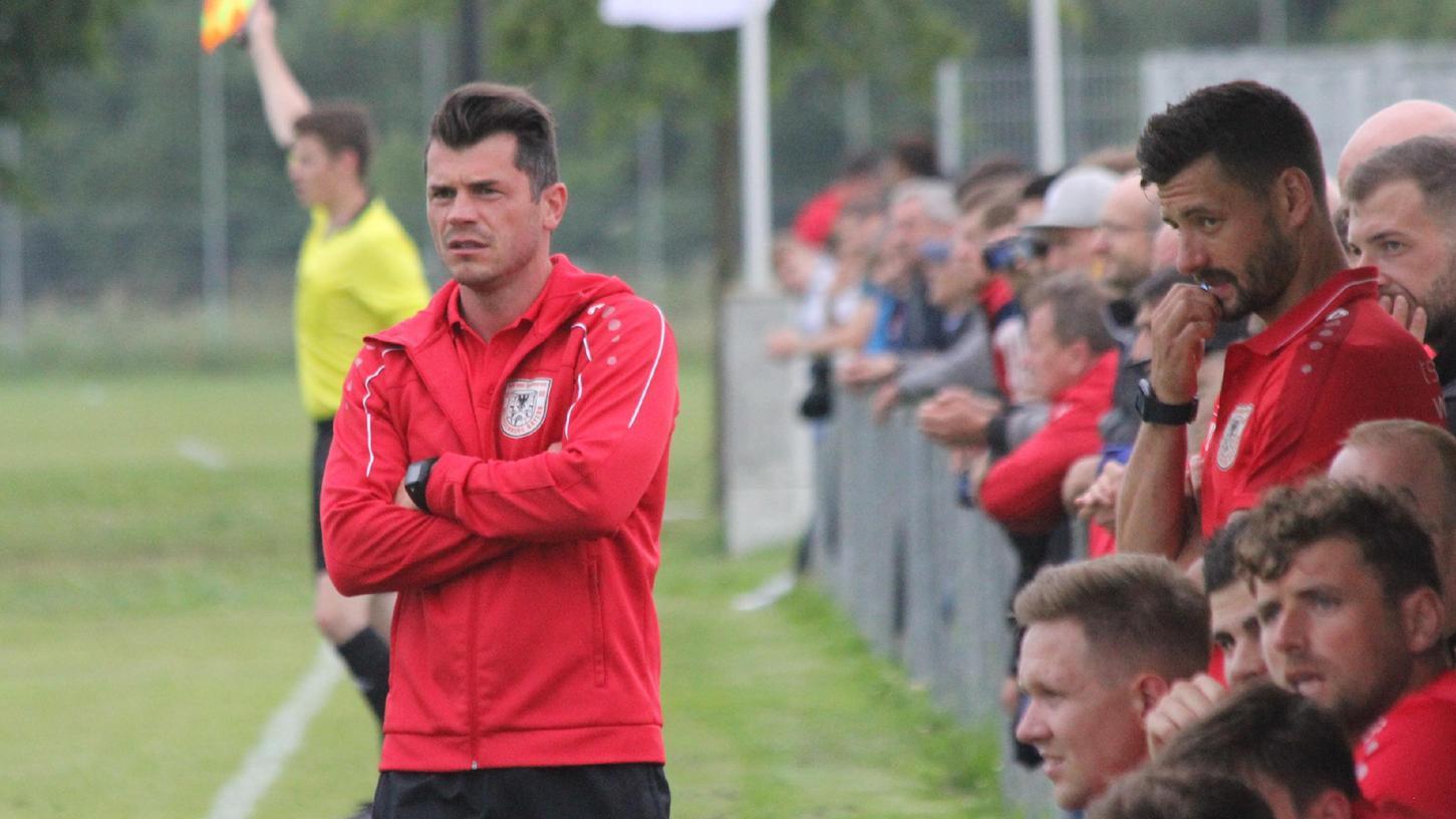 Ernste Miene statt freudiger Jubel: Trainer Markus Vierke blickt auf eine knappe Niederlage seines TSV 1860 Weißenburg im Landesliga-Spiel beim SC Großschwearzenlohe.