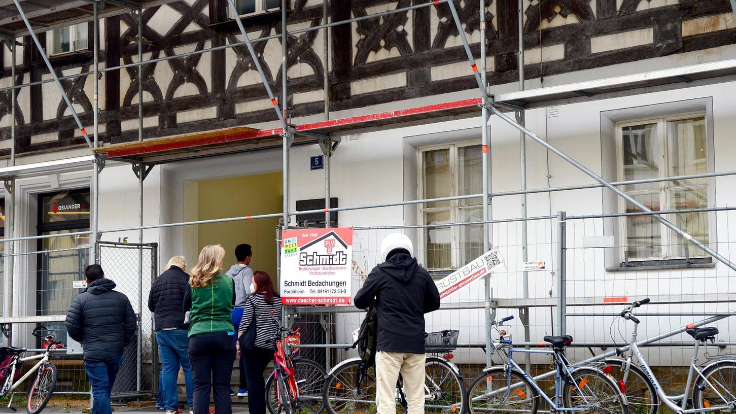 Auch am Montag nach Wochen das gleiche Bild: Menschen stehen Schlange vor dem Einwohnermeldeamt. Rund um die Bundestagswahl ist die Belastung größer als sonst - das Amt aber ist geschwächt.