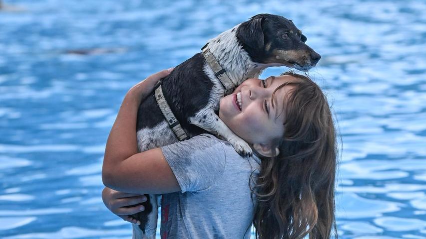 Irgendwann klappt das auch, aber Begeisterung schaut anders aus. Daher schleppte Johanna schließlich ihr Haustier durch den Pool, was dem dann schon besser gefiel.