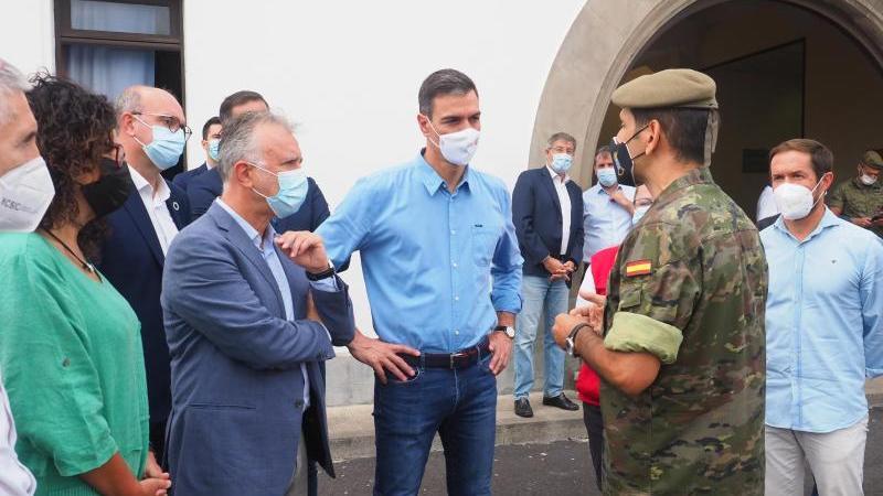 Spaniens Ministerpräsident Pedro Sánchez (M) besucht das Aufnahmezentrum für die vom Vulkanausbruch betroffenen Menschen auf La Palma.