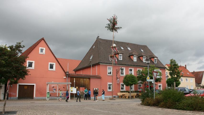 Bei derImpfaktion gegen Covid19 in Mühlhausen (Erlangen-Höchstadt) bildet sich eine Schlangeunterm Kerwabaum.
