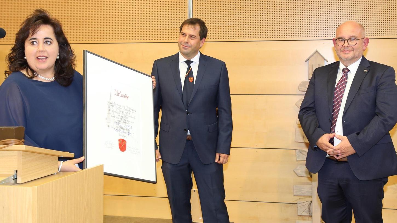 Urkunde und Ehrentitel für Stefan Maul (rechts): Die 2. Bürgermeisterin Mitteleschenbachs, Kerstin Seitz-Knechtlein, und Rathauschef Stefan Bußinger zeichnen den neuen Alt-Bürgermeister aus.