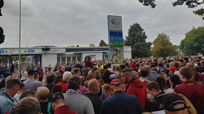 Vor dem Spiel gegen Hansa Rostock drängten sich vor dem Max-Morlock-Stadion unzählige Fans. Um den Impfnachweis vorzuzeigen, war eine zusätzliche Schleuse eingerichtet worden, die zu den Eingängen der Nordkurve und der Gegengerade führte.