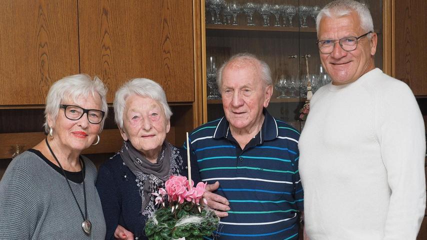 Anna König aus Auerbach (zweite von links) hat am Montag ihren 90. Geburtstag gefeiert. Als Geburtstagsgeschenk von Schwester Irmgard Schaumberger (links) gab es ein bestelltes Volksmusik-Duo, das einige Lieder aufspielte. Die Jubilarin wurde in Sulzbach-Rosenberg geboren. Ihren Ehemann Emil (dritter von links) lernte sie beim Tanzen in Feuerhof kennen. Er wurde in Schlesien geboren, wohnte dort in einem Flüchtlingsauffanglager in der Nähe und arbeitete später als Reviersteiger im Bergwerk. Im Jahr 1952 haben beide geheiratet und vor knapp 50 Jahren ist das Ehepaar nach Auerbach gezogen. Glückwünsche zum hohen Geburtstag gab es auch vom Bergknappenverein Auerbach und vom Zweiten Bürgermeister Norbert Gradl (rechts). Die Jubilarin hält sich auch mit Rätseln und mit Sudokus geistig fit.