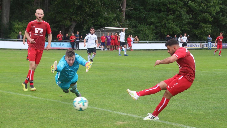 Verwirrung in der Hintermannschaft - hier bei der SG Pfofeld/Theilenhofen, Frickenfelden (rote Trikots) profitiert. Fehler zogen sich bei beiden Teams durch das Spiel.