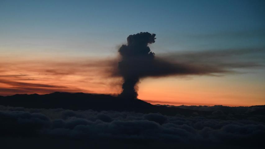 Auf diesem von der spanischen Regierung zur Verfügung gestellten Foto, das aus einem Flugzeug mit dem spanischen Ministerpräsidenten Pedro Sanchez an Bord aufgenommen wurde, ist eine Rauch- und Aschewolke nach dem Ausbruch eines Vulkans auf der kanarischen Insel La Palma zu sehen. Der Vulkan ist am Sonntag erstmals seit 50 Jahren wieder aktiv geworden.