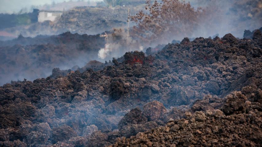 Rauch steigt von abkühlender Lava auf der kanarischen Insel La Palma auf.