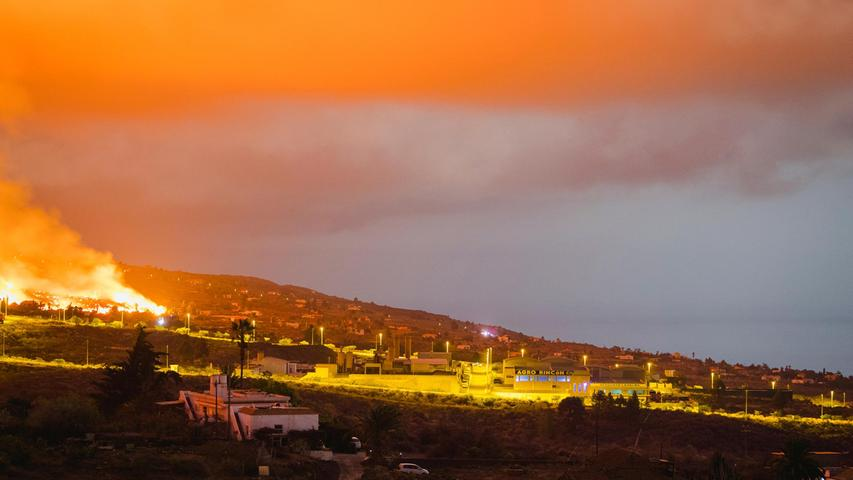 Lava fließt bei einem Vulkanausbruch in der Nähe von El Paso auf der Insel La Palma in den frühen Morgenstunden des Montag. Die Lava fließt weiterhin langsam aus einem Vulkan, der auf den spanischen Kanarischen Inseln vor Nordwestafrika ausgebrochen ist.