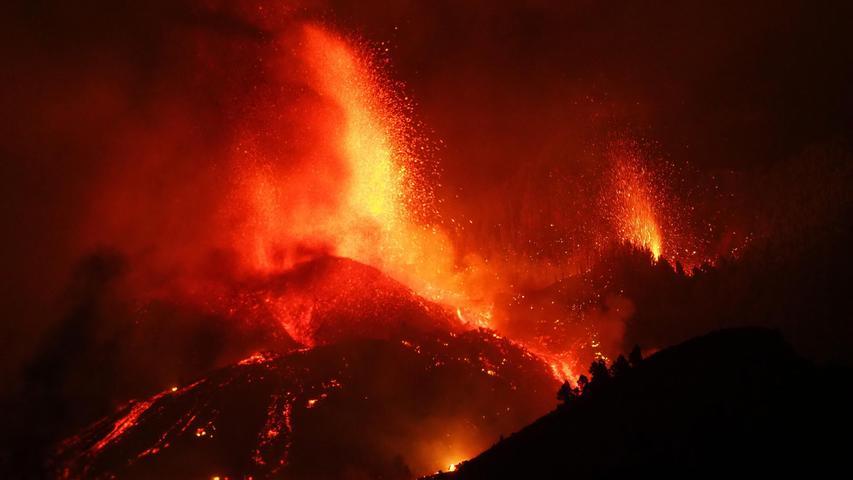 Lava tritt aus dem Vulkan in der Gegend von Cabeza de Vaca auf der kanarischen Insel La Palma aus.