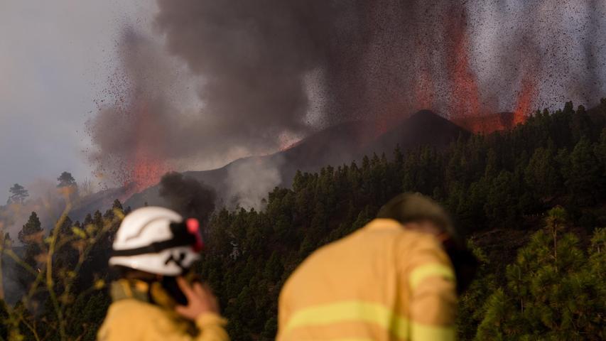 Feuerwehrmänner sind bei dem Vulkan Cumbre Vieja auf der kanarischen Insel La Palma im Einsatz.