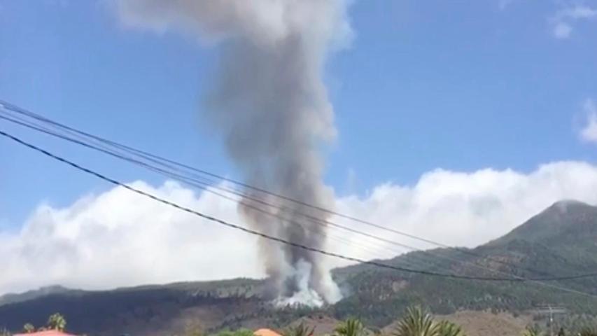 Dieses Videostandbild der Anwohnerin Carlota Manuela Martin Fuentes zeigt den Vulkanausbruch auf La Palma.