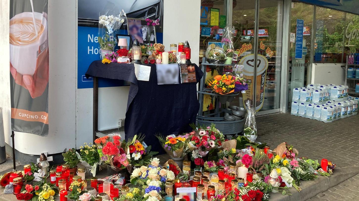Ein Angestellter einer Tankstelle in Idar-Obersteinwar am Samstagabend von einem mit einer Pistole bewaffneten Mann erschossen worden. Mittlerweile sind Blumen und Kerzen am Tatort aufgestellt.
