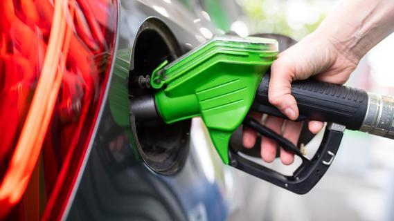 Tankstelle geschlossen: Verzweifelter Autofahrer ruft Polizei, um Benzin zu bezahlen