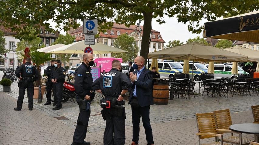 Großes Polizeiaufgebot am Schlossplatz beim Besuch von Jens Spahn in Erlangen.