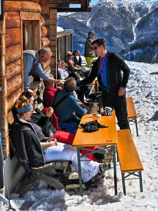 Endlich wieder auf der Skihütte bei Sonnenschein in den Schnee blinzeln - darauf freuen sich viele schon jetzt. Hier beiSankt Johann-Alpendorf in Snow Space Salzburg / Ski amadé.