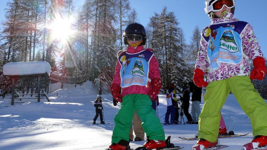 Die Kleinen hattengerade ihren ersten Skikurs gemacht, nun mussten sie zwei Jahre warten. Ob sie noch was können?Hier in den Sextner Dolomiten in Südtirol bei Dolomiti Superski.