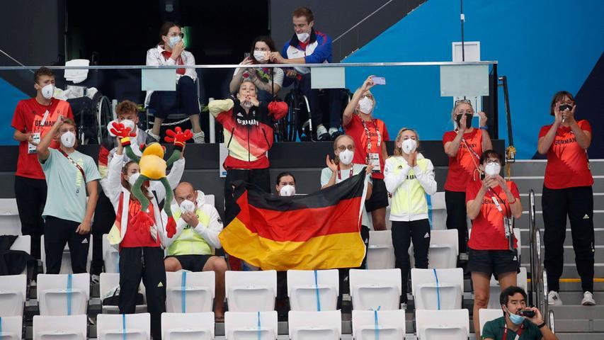 Das Gemeinschaftsgefühl im deutschen Team: So feuerten die anderen Sportler Josia Topf an.