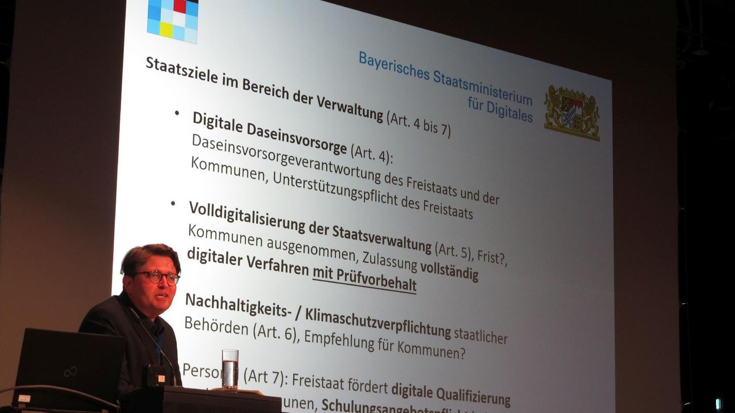 Dr. Wolfgang Denkhaus vom bayerischen Ministerium für Digitales bei seinem Einführungsvortrag zu Beginn der Gunzenhausener IuK-Tage.