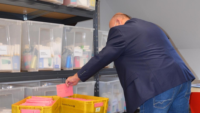 Hier, in einem speziell gesicherten Raum im Rathaus, lagern schon jetzt rund 4000 ausgefüllte Stimmzettel, noch sicher verpackt in den roten Wahlbriefumschlägen. Täglich kommen neue hinzu.