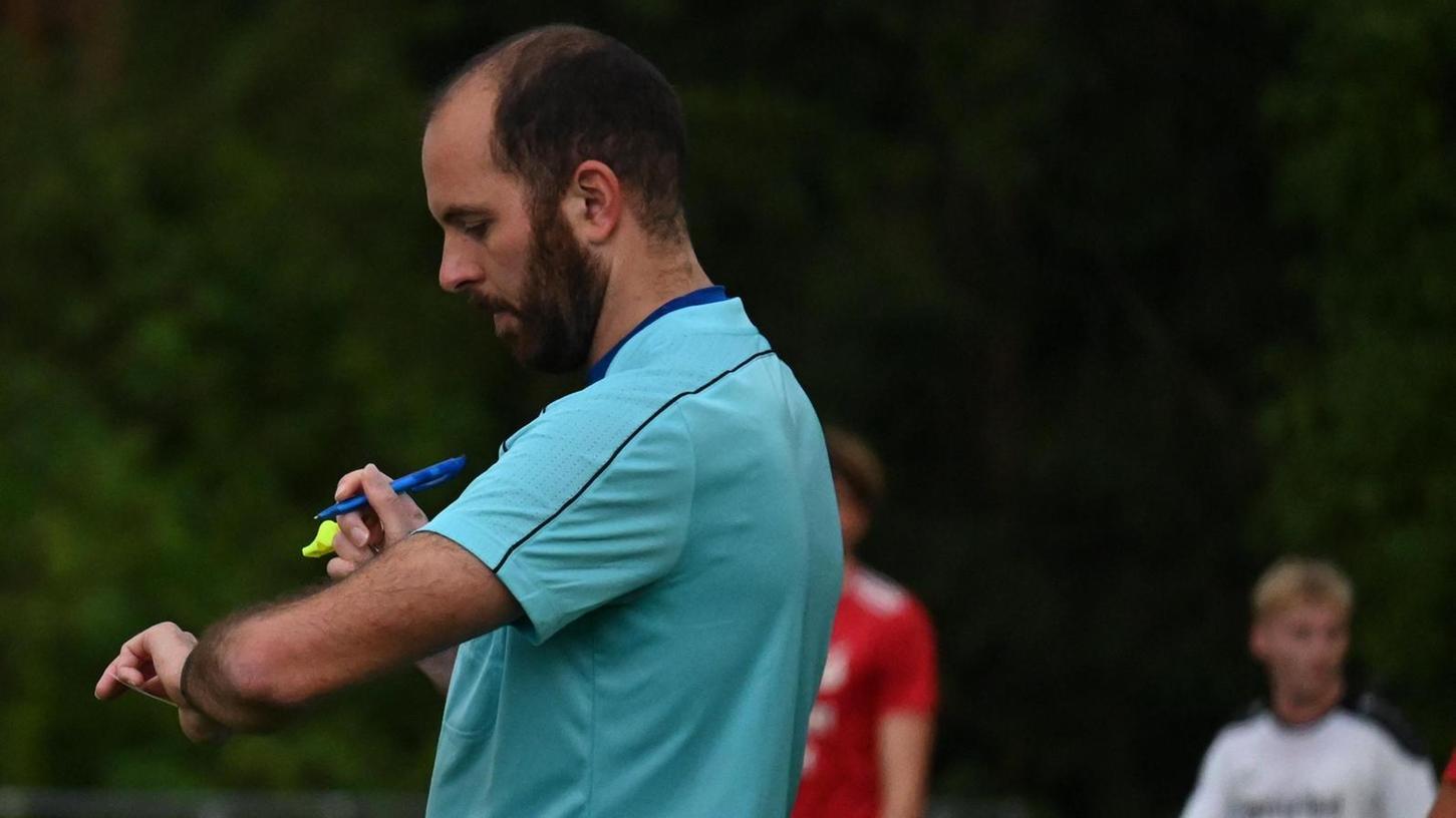 Die Spielzeit immer fest im Blick – Schiedsrichter Matthias Schwarz prüft, wie viel Nachspielzeit er den Mannschaften noch gewähren soll.