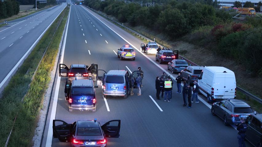 Bilder: Polizeieinsatz an der A9 - SEK überwältigt mutmaßlich Bewaffneten