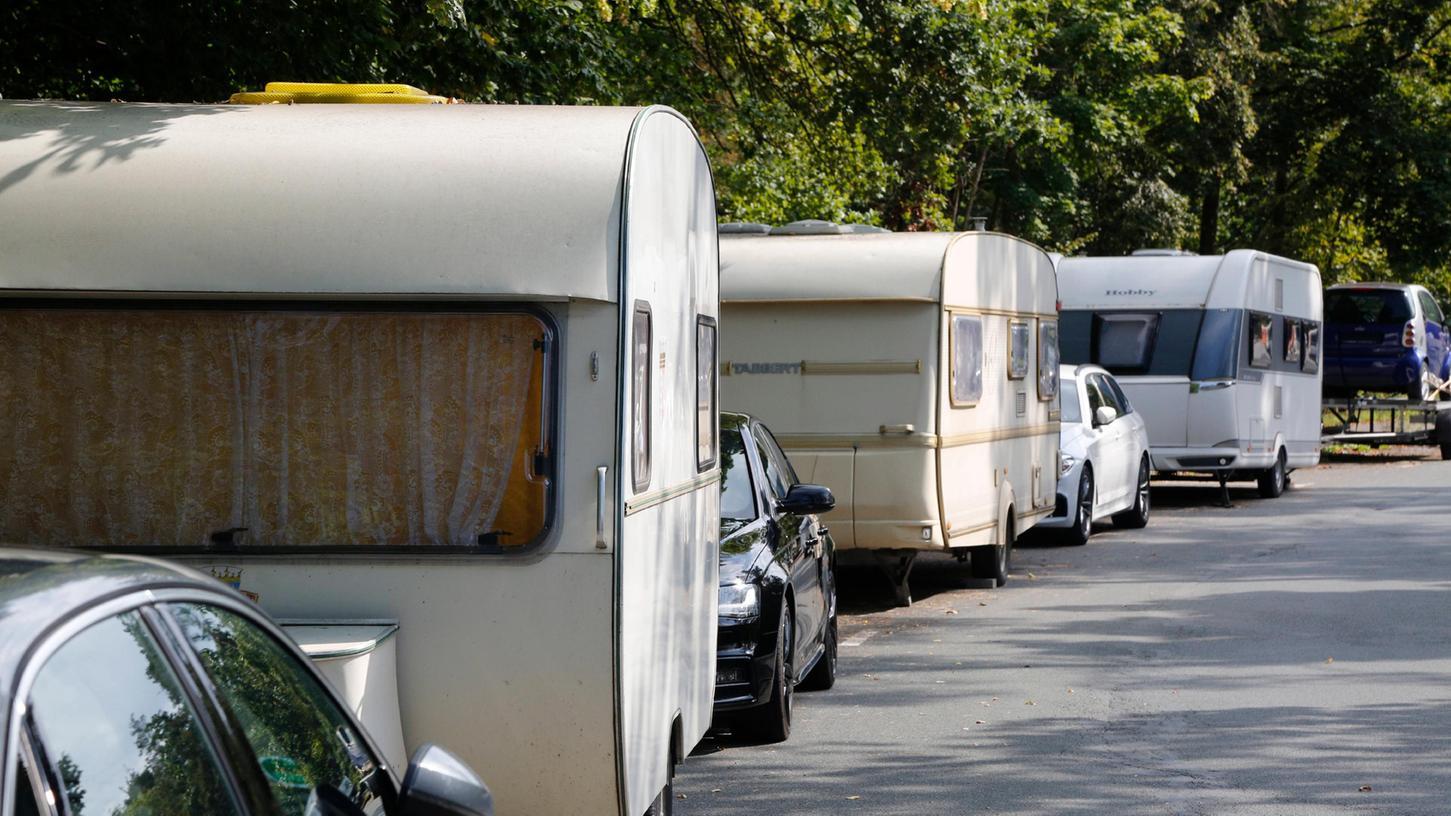 In der Valznerweiherstraße im Stadtteil Zerzabelshof stehen die Reisefahrzeige dicht an dicht.
