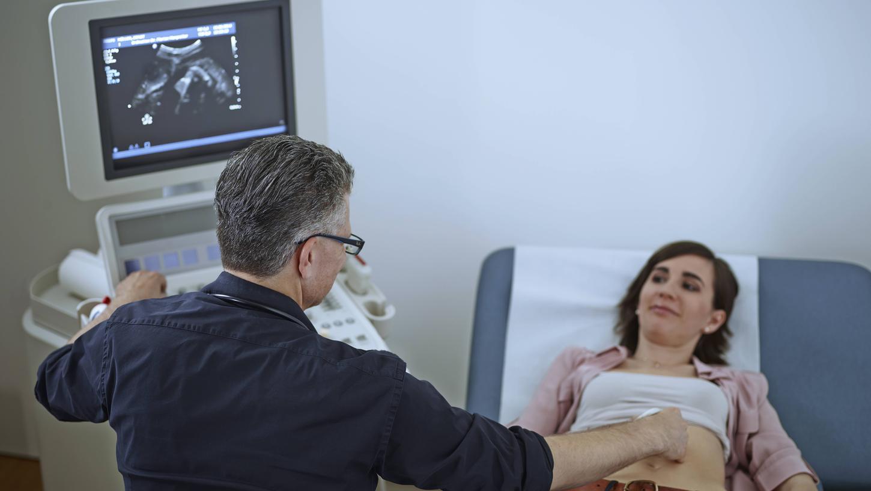 Viele Frauen sind verunsichert, wenn bei der Ultraschall-Untersuchung Zysten am Eierstock festgestellt werden. Die allermeisten dieser Gewebebläschen sind harmlos.