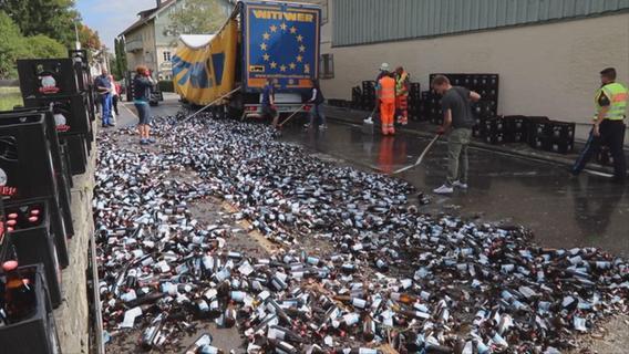 Bierlaster fährt vom Hof und verliert 12.000 Flaschen