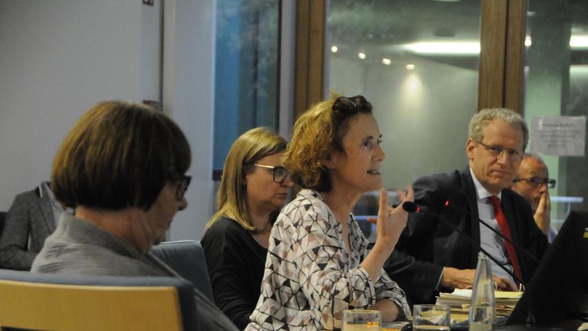 Im Planungs- und Umweltausschuss erläuterte die Umweltbeauftragte Monika Preinl die Transformation. Links Ille Prockl-Pfeiffer, rechts Bürgermeister German Hacker.