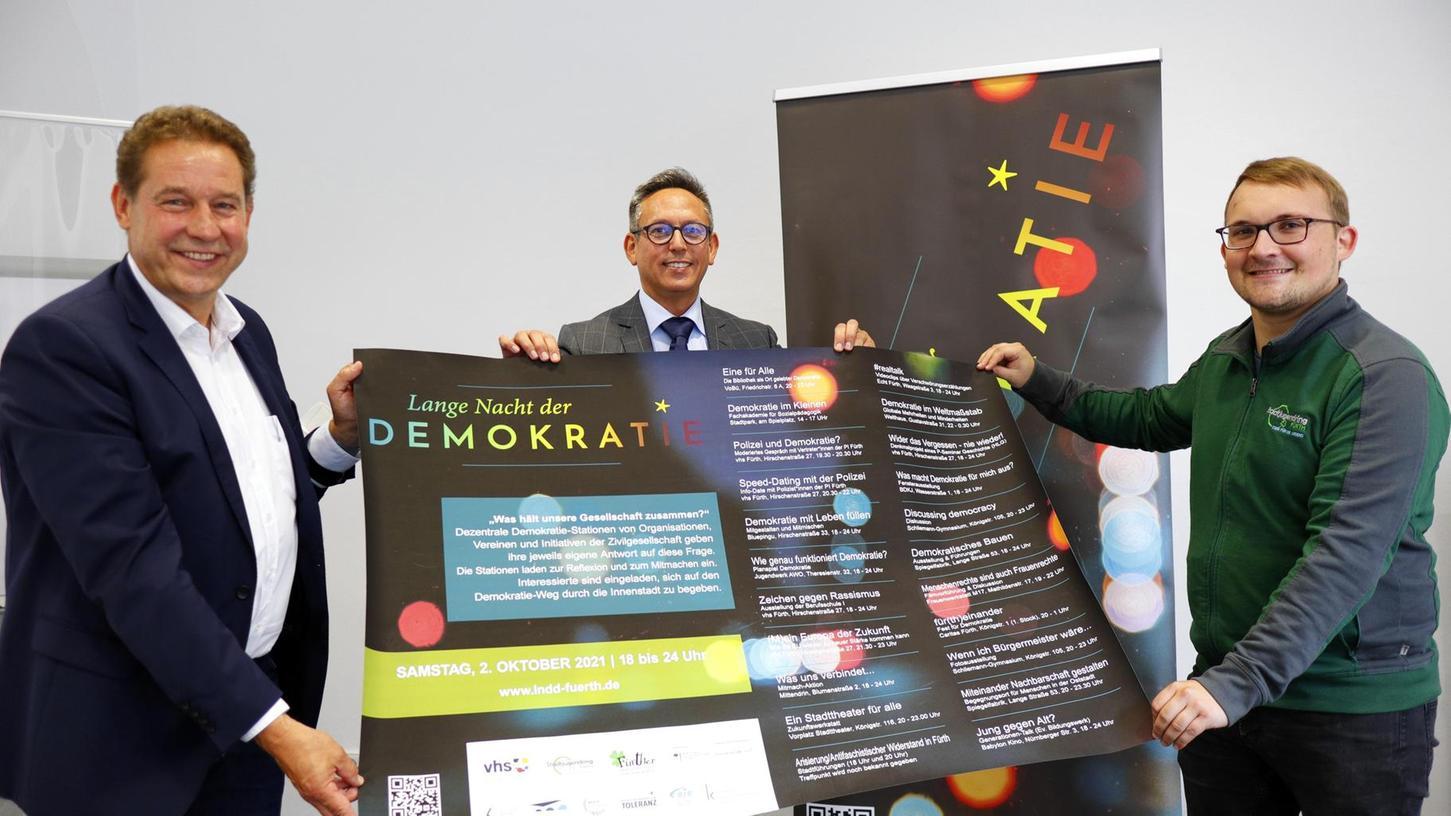 """Bürgermeister Markus Braun (li.), VHS-Direktor Felice Balletta (M.) und Benedikt Rampelt (Stadtjugendring) freuen sich auf die """"Lange Nacht der Demokratie"""" am 2. Oktober."""
