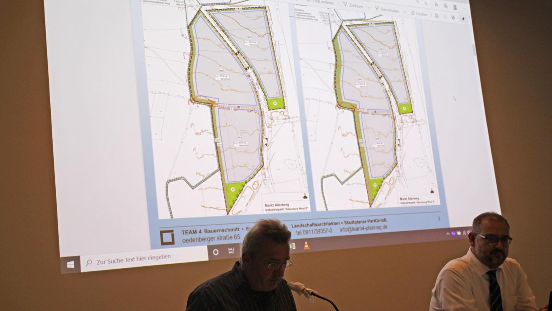 Schon im Herbst vergangenen Jahres erläuterten Planer Guido Bauernschmitt (links) und Bürgermeister Daniel Horndasch die Planung der Gewerbeflächen in