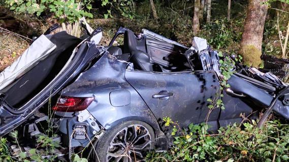 Fahrzeug prallt bei Unfall in Schwabach gegen Baum - zwei Personen schwer verletzt