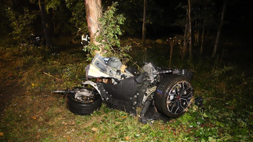 Auto prallt in Schwabach gegen Baum: Zwei Schwerverletzte