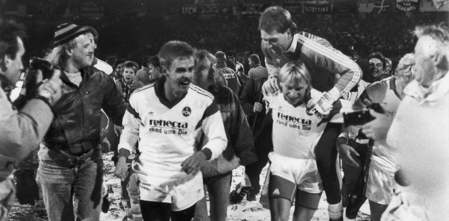 Bevor die chaotischen 90er Jahre aber begannen, feierte der 1. FCN noch einen historischen Erfolg. Am 25.11.89 wurden die Bayern im schneebedeckten Nürnberg böse eingeseift. Thomas Brunner, Frank Türr, Ralf Dusend und Thomas Kristl hießen die Torschützen beim 4:0-Erfolg, den Ulf Metschies, Joachim Philipkowski und Andreas Köpke hernach ausgelassen bejubelten.
