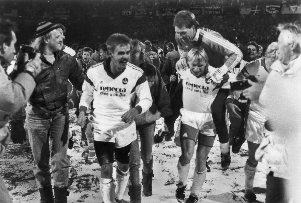1989: Der 1. FCN schlug im ausverkauften Frankenstadion den Meister FC Bayern mit 4:0 Toren. Nach dem Sieg feiern die Fans die Club-Profis Ulf Metschies, Joachim Philipkowski und Andreas Köpke.