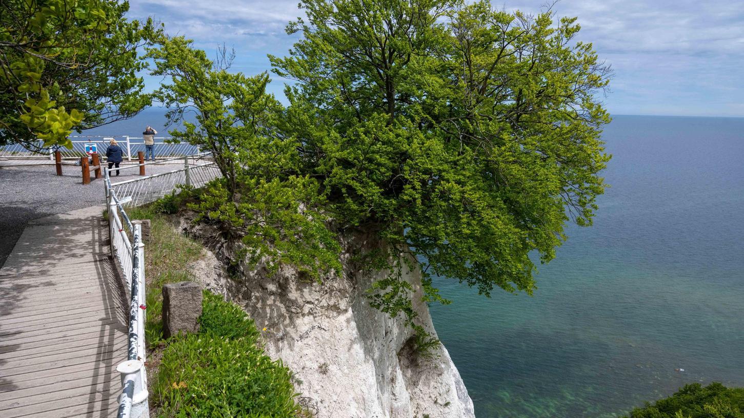 Touristen besuchen an der Steilküste im Nationalpark Jasmund auf der Insel Rügen den Aussichtspunkt Königsstuhl. Das ist wegen der Massen ein Problem, eine neue Brücke soll das lösen.