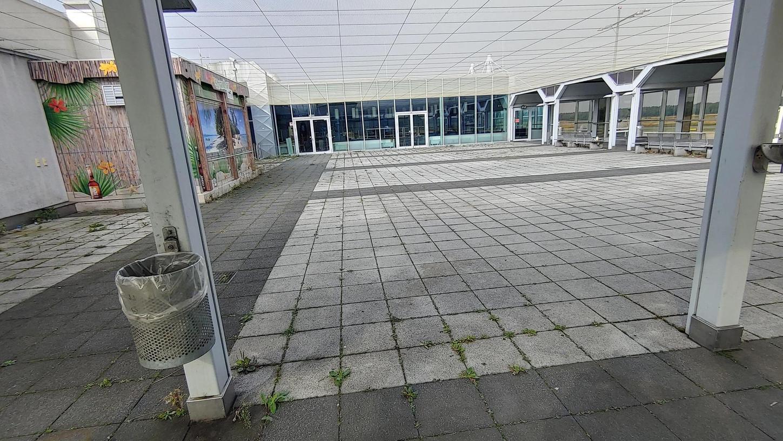 """Früher saßen hier zahlreiche Reisende und Luftfahrtbegeisterte bei einem Kaffee oder kühlen Getränk zusammen. Doch seit das """"Terminal 90"""" Anfang 2020 geschlossen hat, hat die Besucherterrasse des Nürnberger Flughafens an Attraktivität eingebüßt."""