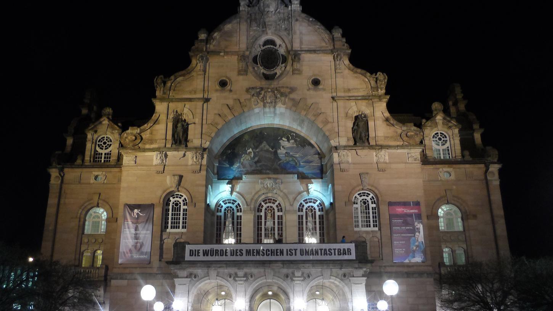 Das Opernhaus kann respekteinflößend sein für Menschen, die es noch nicht besucht haben. Doch wie geht man Niederschwelligkeit richtig an?