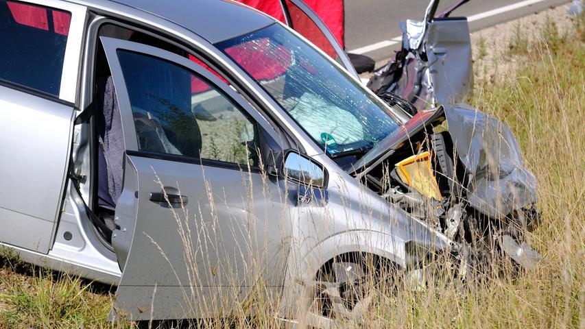 4C-WT-Unfall-Dettenheim  Beim schwersten Unfall im Weißenburger Land seit langem sind auf der  Bundesstraße 2 nahe Dettenheim drei Menschen verstorben Auf der dreispurigen  Fahrbahn kam ein Fahrzeug aus noch ungeklärter Ursache auf die Gegenfahrbahn  und krachet frontal mit hoher Geschwindigkeit in einen Kleinwagen. In diesem  starben eine Beifahrerin und ein Frau im Font, Im anderen Auto kam die  Beifahrerin ums Leben. Die beiden Fahrer überlebten schwerverletzt. Am  Unfallort konnte Lebensgefahr nicht ausgeschlossen werden. Sie wurden mit  Rettungshubschraubern in die linden nach Ingolstadt und Nürnberg geflogen.