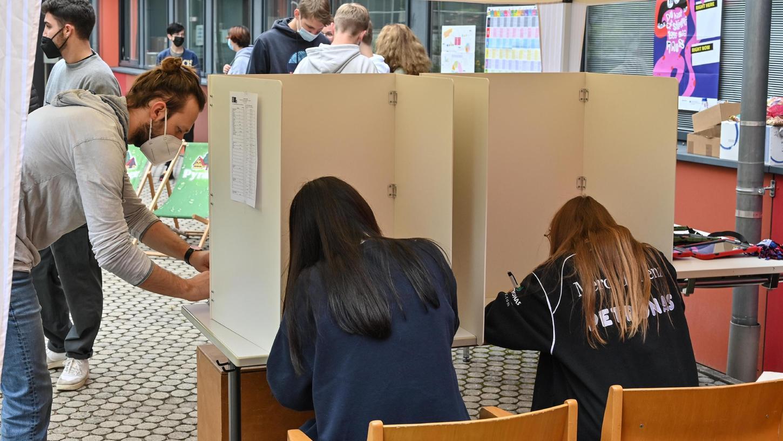Hilpoltsteiner Mittelschüler bei der Stimmabgabe: Fast 300 junge Menschen nahmen an der U18-Wahl teil und übten so politische Bildung in der Praxis.