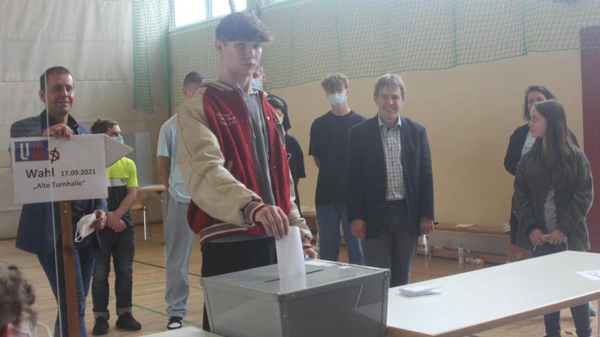 Fazit der Veranstalter: Die U18-Wahl hat wieder einmal einen verantwortungsvollen Umgang junger Menschen mit ihrer Stimme gezeigt. Unser Bild zeigt die Stimmabgabe in Georgensgmünd.