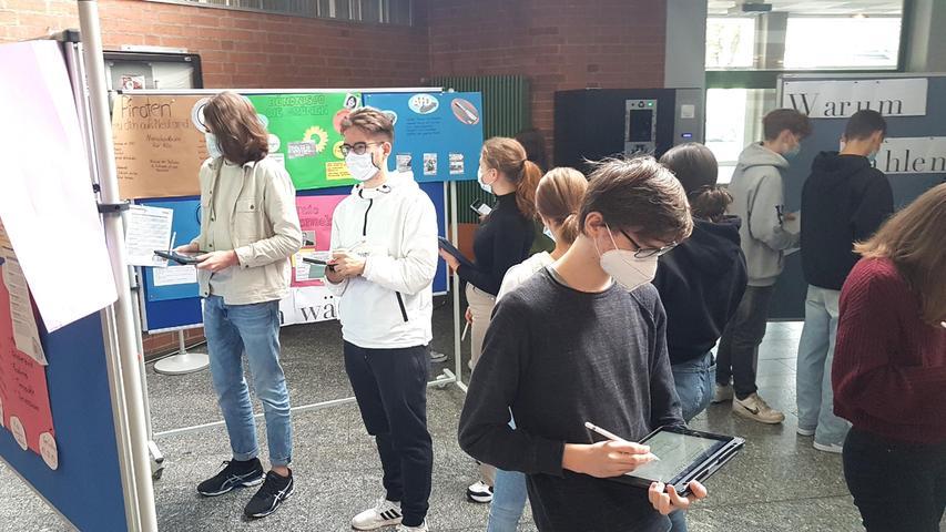 """In der Fachoberschule in Schwabach fand die """"Juniorwahl 2021"""" für die Klassen9 bis 13 statt. Die Vorbereitungen begannen schon Ende des vergangenen Schuljahrs."""