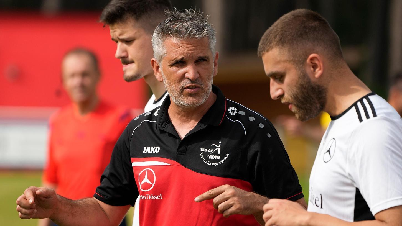 Trainer Alberto Méndez (links) verlässt die TSG 08 Roth zum Wochenende. Am 25. September wird gegen die Sportfreunde Dinkelsbühl sein vorerst letztes Spiel als Trainer an der Seitenlinie sein.