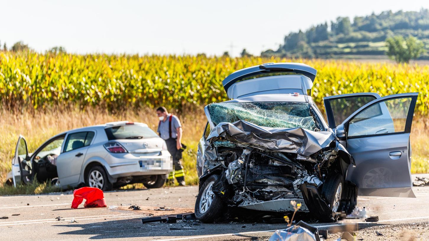Drei Tote und zwei Schwerverletzte sind die Folge einesUnfalls auf der B2 auf Höhe Dettenheim.