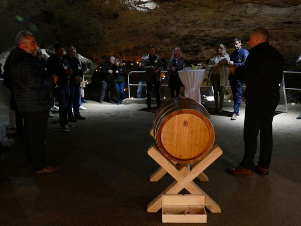 Verkostung für geladene Gäste im Inneren der Pottensteiner Teufelshöhle: Wolfgang Lückert (rechts) von Spirit of Oak erläuterte die Eigenschaften des Pottensteiner Whiskys.