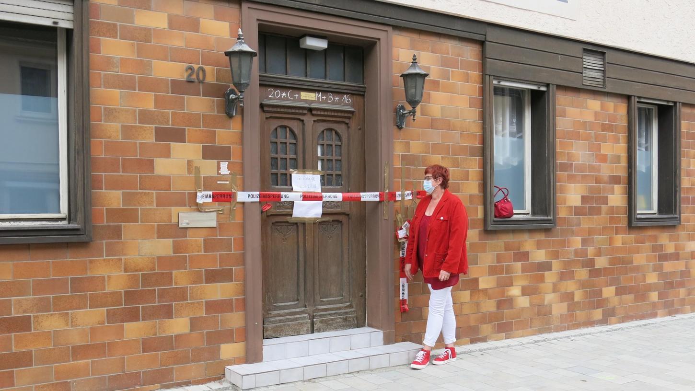 2. Bürgermeisterin Eva Ehrhardt-Odörfer macht sich ein Bild von der Lage.an dem früheren Hotel in der Baiersdorfer Altstadt, dessen Eingang wegen des abgesackten Bodens im Innenhof gesperrt wurde.